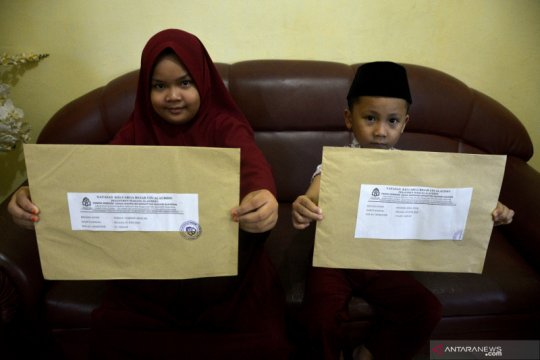 Siswa sekolah dasar kerjakan soal Ujian Semester Genap di rumah