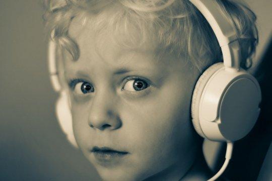 Cara termudah pastikan anak aman gunakan headphone