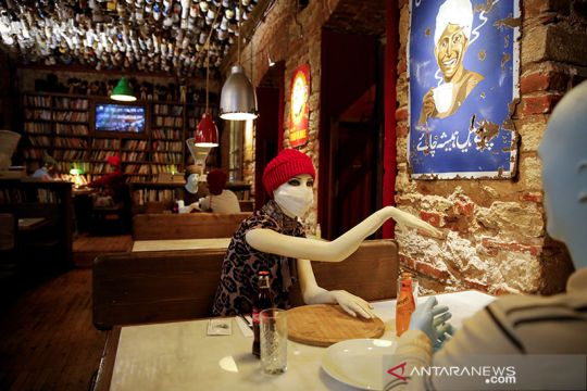 Di kafe ini manekin sebagai pembatas sosial