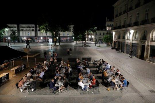 Tak sabar, pengunjung antre di restoran steak Prancis tengah malam