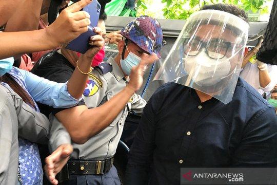 Batasi pergerakan selama pandemi, warga Yangon pasang barikade