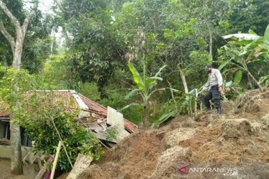 Diterjang longsor, puluhan KK di Campaka-Cianjur mengungsi