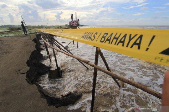 Pantai tergerus abrasi di Indramayu