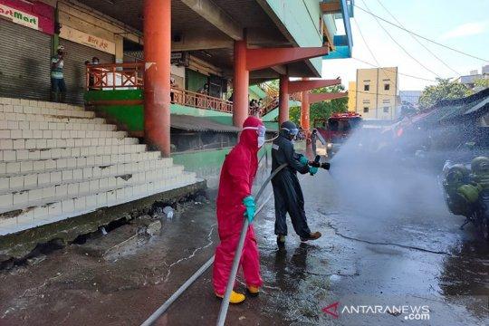 Damkar Jakarta Barat semprot 28 pasar dengan disinfektan