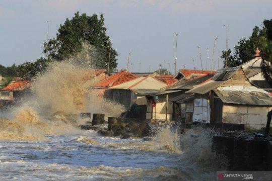Rumah diterjang gelombang tinggi air laut
