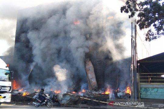 Api belum padam di gudang ban di Kudus yang terbakar