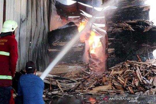 Petugas berjibaku padamkan api kebakaran pabrik kayu lapis Temanggung