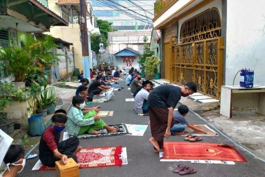 Jamaah Masjid Umar Ibnu Abdul Aziz membludak hingga shalat di jalanan