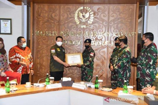 Panglima TNI memuji dua prajurit TNI-AL bantu warga terdampak COVID-19