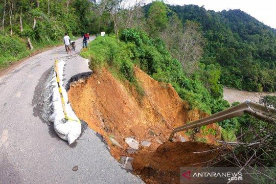 Jalan lintas Jambi-Sumbar via Kerinci rawan longsor
