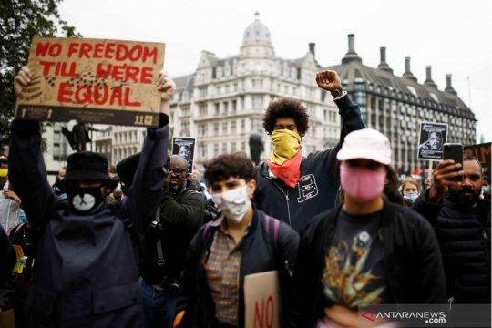Demonstran antirasisme di Inggris bentrok dengan polisi berkuda