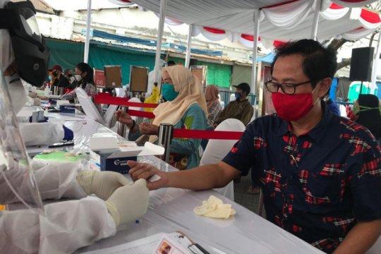Ratusan warga jalani tes cepat COVID-19 massal di Ampel Surabaya