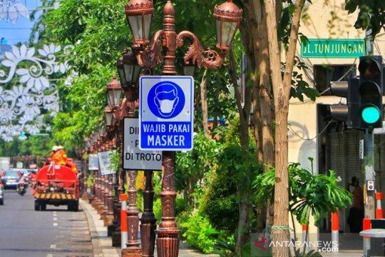 Rambu wajib pakai masker dipasang di sejumlah titik di Surabaya