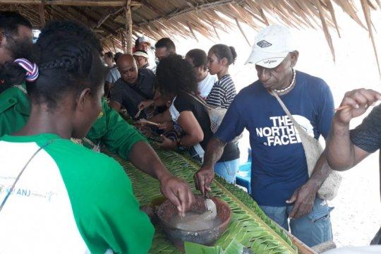 Warga Abar pertahankan festival makan papeda dalam gerabah