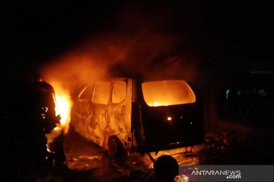 Dua mobil berikut bengkel hangus terbakar di Jaktim