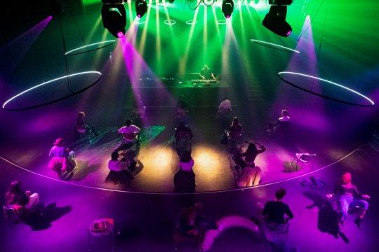 """""""Dis-Dancing"""", pengunjung klub malam Belanda cuma boleh joget di kursi"""