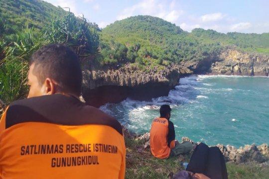 Tim gabungan di Gunung Kidul mencari nelayan terjatuh di laut