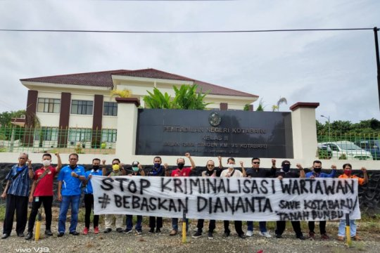 Sidang perdana Diananta, puluhan jurnalis aksi solidaritas