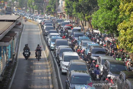 Hari pertama PSBB transisi, begini penampakan kemacetan di jalan Mampang Prapatan