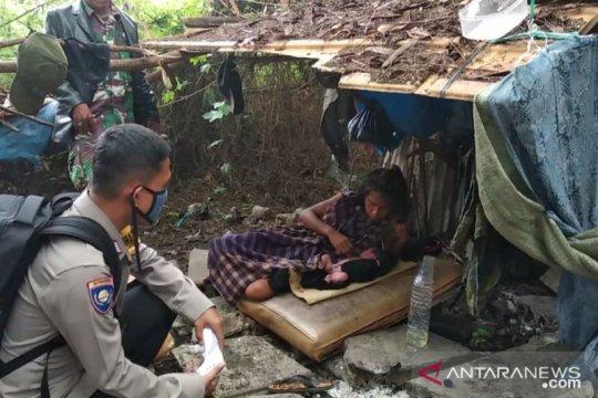 Anggota TNI-Polri bantu ibu melahirkan di semak-semak di Cengkareng