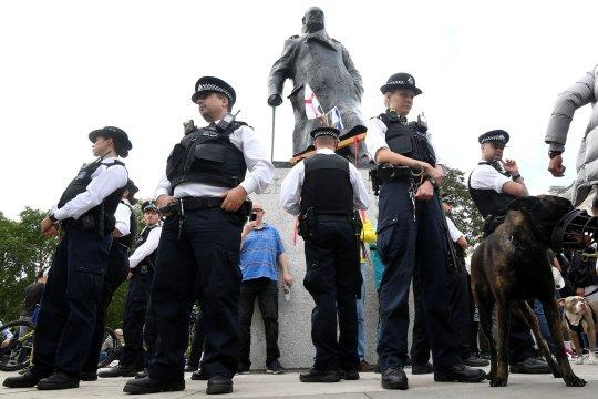 Patung Churchill dan tugu peringatan perang ditutup sebelum unjuk rasa