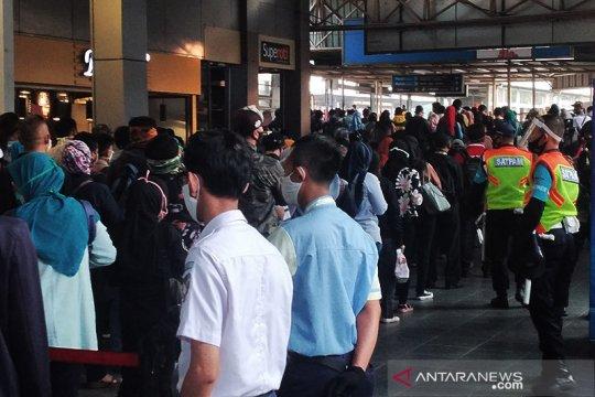 Penumpang KRL di Stasiun Citayam padat