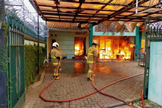 11 mobil damkar padamkan rumah terbakar di Kramat Jati