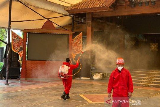 115 wahana TMII disemprot disinfektan oleh tim damkar