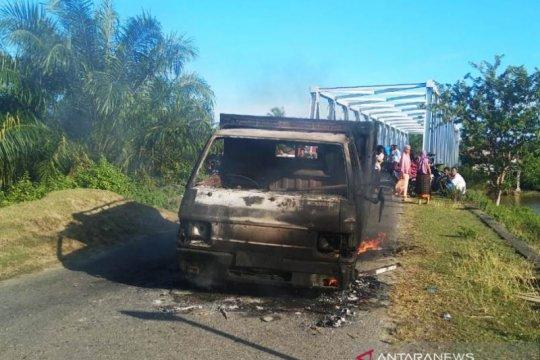 Massa bakar mobil yang diduga angkut ternak curian di Nagan Raya Aceh