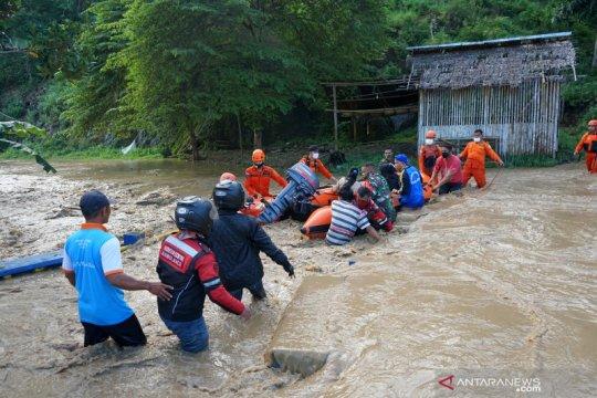 Evakuasi korban banjir Bone  Bolango
