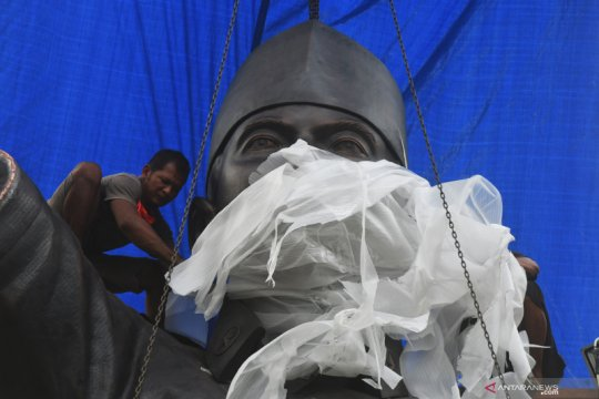 Pemasangan patung raksasa Soekarno di Palu