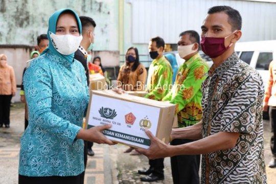 Ketua PKK Lampung bagikan 1.000 sembako untuk warga terdampak COVID-19