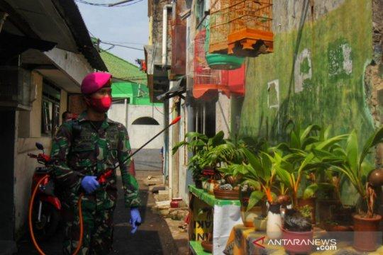 PMI disinfeksi permukiman dan tempat ibadah di zona merah Jaktim