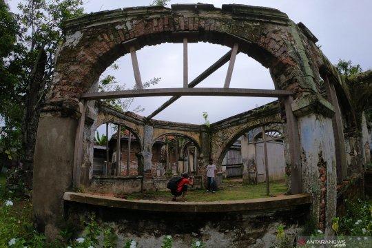 Bangunan cagar budaya Rumah Batu terbengkalai