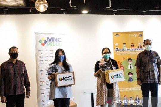 Kemenparekraf bagikan masker kain bagi pekerja transportasi dan hotel