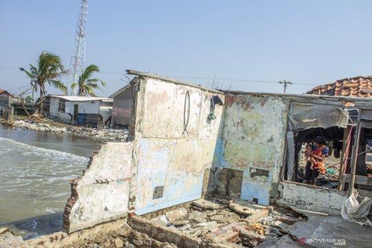 Antisipasi korban jiwa, warga terdampak abrasi pantai di Karawang akan direlokasi