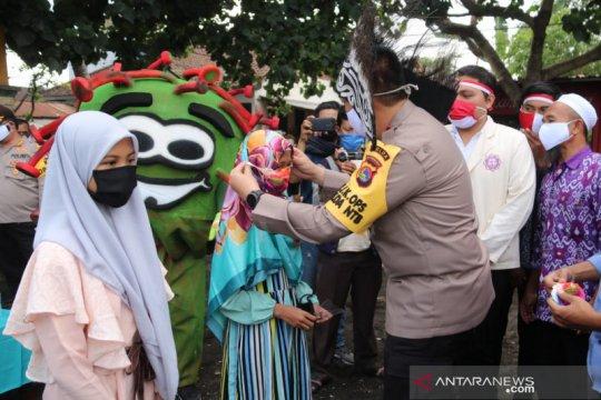 Warga Kampung Nelayan di Mataram terima bansos Polri Peduli COVID-19