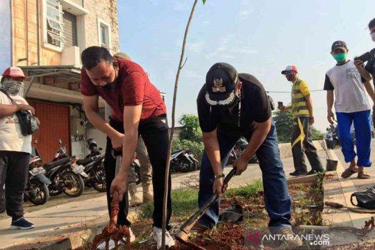 1.000 bibit pohon ditanam di Jalan Raya Bekasi