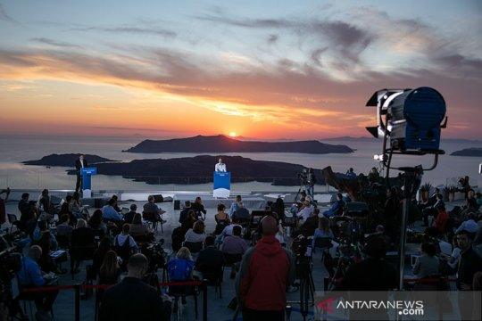 Pulau Santorini dibuka kembali di era baru COVID-19