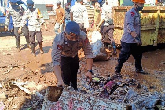 Tim SAR Brimob Sulsel bersihkan lumpur banjir di Bantaeng