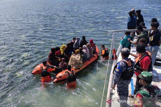 KM Rezki kandas di Pulau Polassi, seluruh penumpang selamat