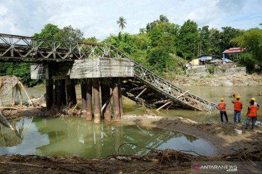Jembatan ambruk diterjang banjir bandang