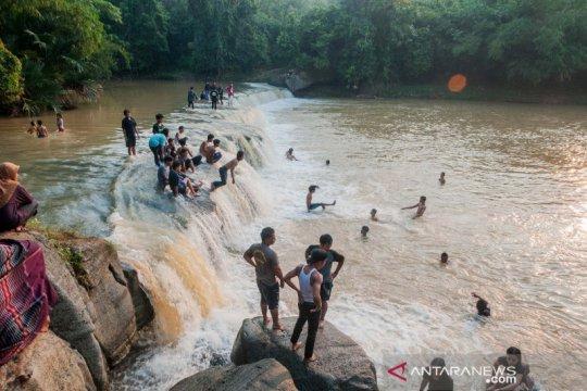Warga manfaatkan aliran sungai sebagai lokasi wisata