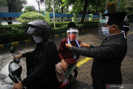 Wisuda drive thru di Surabaya
