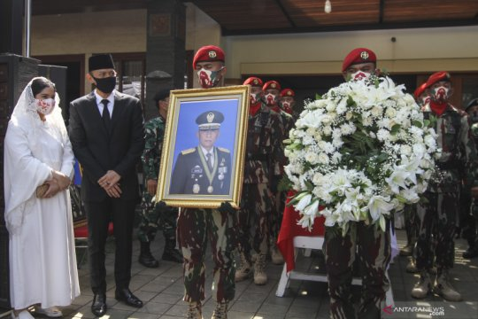 Kemarin, pemakaman Pramono Edhie hingga warga serahkan senjata api