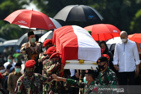 Peti jenazah mantan Kasad Pramono Edhie Wibowo tiba di TMP Kalibata