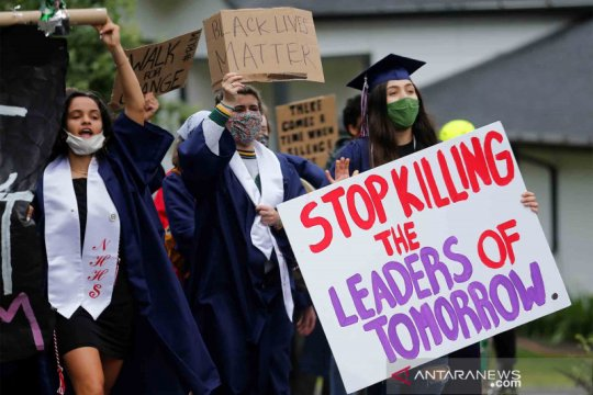 Siswa lulus SMA turun ke jalan menentang ketidaksetaraan ras di Amerika Serikat