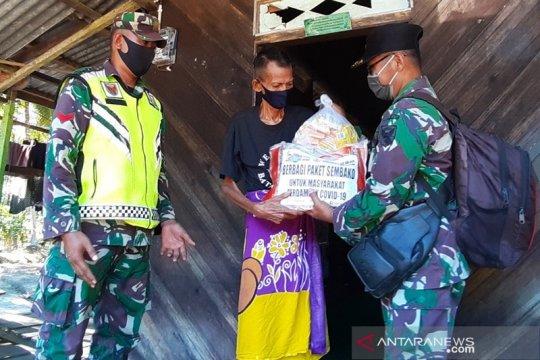 Dandim 0419/Tanjung Jabung antarkan sembako dari pintu ke pintu