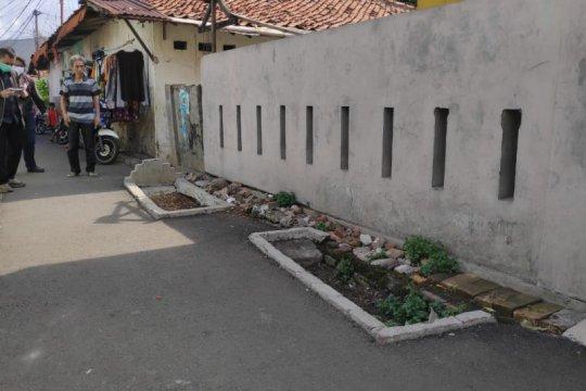 Ada makam keluarga di lintasan jalan umum Jakarta Timur