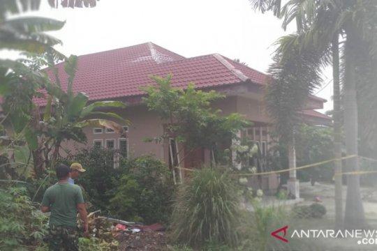 Prajurit TNI perbaiki rumah yang rusak tertimpa jet tempur Hawk
